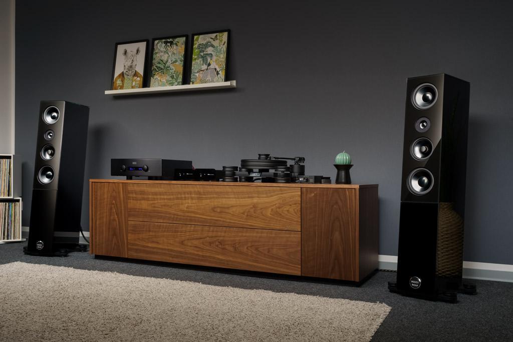 Mit ihrer hochglänzenden Glasoptik, der tiefschwarzen Kolorierung und dem sanft geneigten Gehäuse besitzt die bildschöne Audio Physic Midex eine beeindruckende Präsenz.