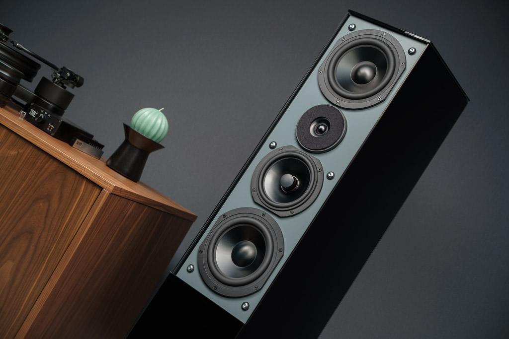 Die Midex ohne Frontpaneel und Abdeckung: Deutlich sichtbar sind nun die Neopren-Dübel, die bei den Schrauben für die Schallwand-Befestigung eine akustische Entkopplung bewirken. Mit dieser vibrationsminmerenden Dübel-Lösung sind auch der Mitteltöner und die Bass-Woofer im Gehäuse fixiert.