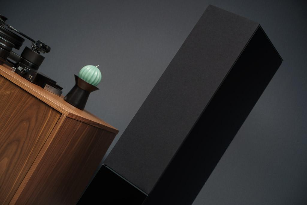 Das Glaspaneel kann gegen die mitgelieferte Abdeckung ausgetauscht werden. So bleibt die Schallwand auch mit der Sichtblende bündig.