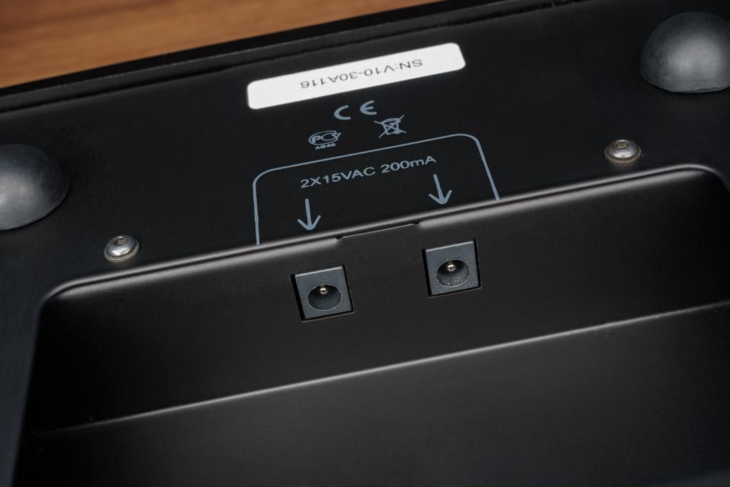 Die Unterseite birgt ebenso die Buchsen für den Anschluss des externen Netzteils. Zwei Buchsen? Ja, denn beim V10 werden die beiden Kanäle getrennt versorgt.