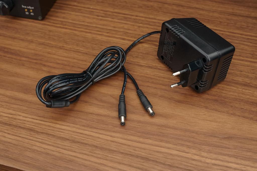 Das externe Netzteil des V10. Die Auslagerung gerade des Trafos verhindert, dass die sensible Verstärkerschaltung den elektromechanischen Einflüssen des Umsetzers ausgesetzt ist.
