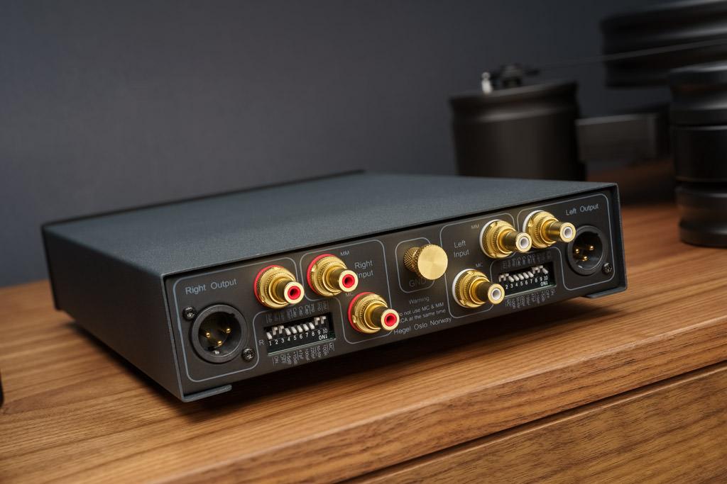 Sattes Angebot: Die Rückseite des kompakten Amps ist mit vergoldeten Ein- und Ausgängen sowie DIP-Schaltern bestens bestückt.