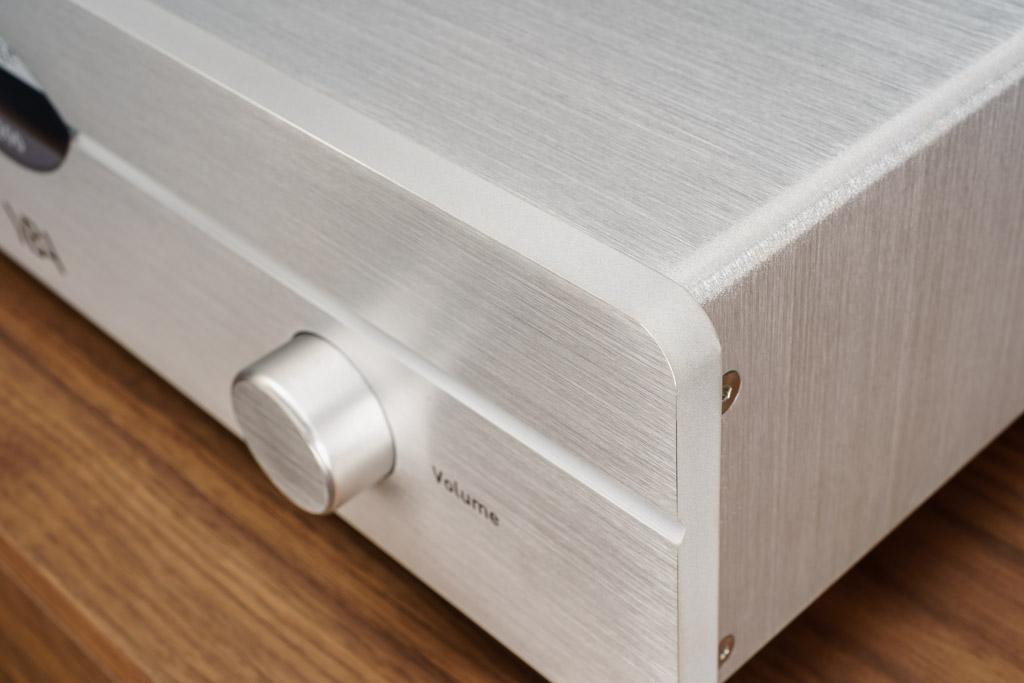 Die Materialgüte und die Verarbeitungsqualität zeigen sich auch an der massiven Frontplatte, die perfekt abgerundet, gebürstet und entgratet ist.