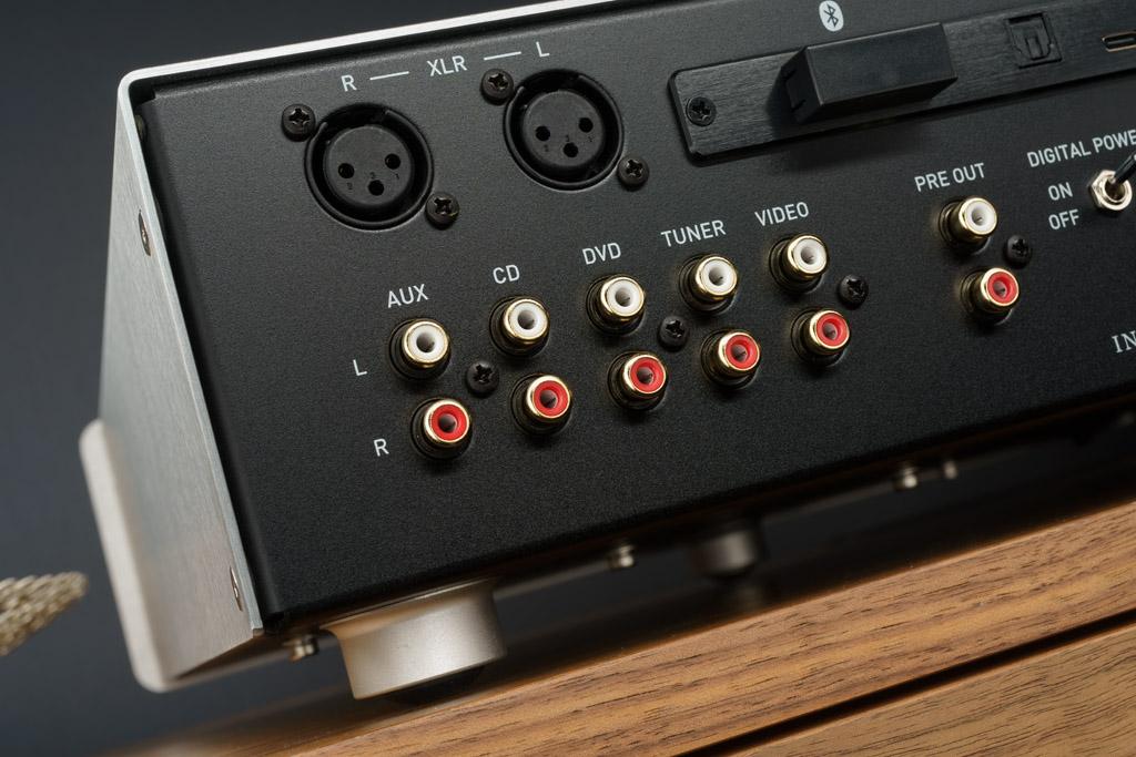 """Die analoge Eingangssektion: Hier punktet der A200 mit einem symmetrischen und fünf unsymmetrischen Eingängen. Beim """"Video""""-Eingang kann zudem die Vorstufe des A200 umgangen werden. Rechts ist noch der der Pre Out zu sehen, an dem das Signal der Vorverstärkerstufe abgegriffen werden kann – etwa zur Speisung von Aktivlautsprechern."""