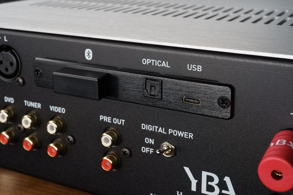 """Die digitale Sektion bietet kabelgebunden einen optischen S/PDIF-Input und einen USB-C-Port. Hierüber ist die Zuspielung von HiRes-Files bis PCM 384 und DSD256 möglich. Links ist das Bluetooth-Modul erkennbar. Der A200 hat eine integrierte Antenne, durch die eine größere Übertragungsreichweite erreicht wird. Mit dem unten zu sehenden """"DIGITAL POWER""""-Schalter kann man die Stromversorgung der Digitalsektion abschalten. So wird eine etwaige Beeinflussung der Analogsektion verhindert."""