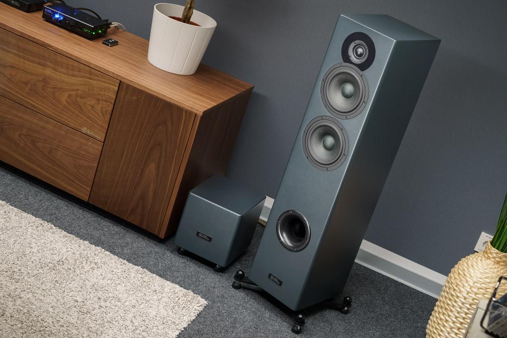 Der Aktiv-Lautsprecher hat eine externe Elektronik: Weiche und Verstärker sind in dem kleinen Quader untergebracht. Diese Auslagerung ist akustische vorteilhaft.