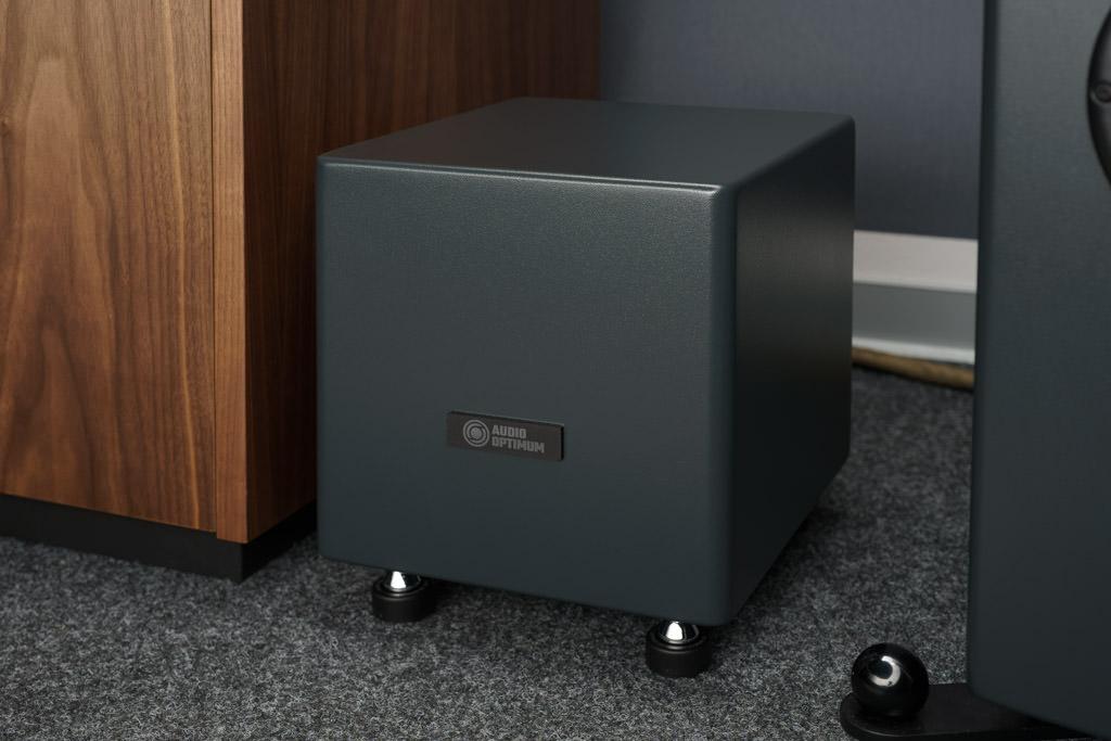 In diesem Quader steckt die aufwändige Elektronik der aktiven Frequenzweiche und der Verstärkereinheit. Sie ist als Monoblock realisiert. Jeder Lautsprecher hat also sein eigenes beigestelltes Weiche/Verstärker-Gespann.