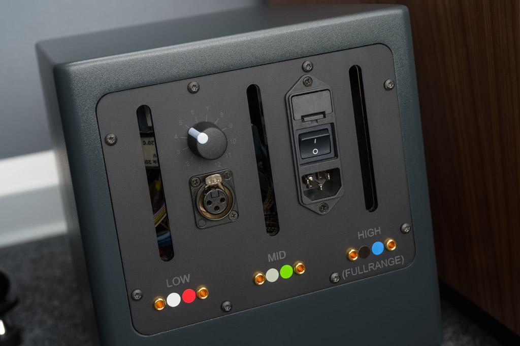 Der Monoblock ist ausschließlich mit einen symmetrischen Eingang in Form einer XLR-Buchse ausgestattet. Diese symmetrische Signalführung ist die bestmögliche Art der Signalübertragung. Über den Drehknopf ist der Pegel des Verstärkers in zwölf Stufen veränderbar. Damit kann die FS62E in puncto Leistungsbedarf an den Raum angepasst werden. Zudem lassen sich Pegelunterschiede, die durch die Aufstellung der Schallwandler auftreten können, nivellieren. Die sechs farbig gekennzeichneten Buchsen dienen dem Anschluss des mitgelieferten Lautsprecherkabels. Dessen Leiter sind ebenfalls farblich gekennzeichnet. So ist eine Verwechslung ausgeschlossen.