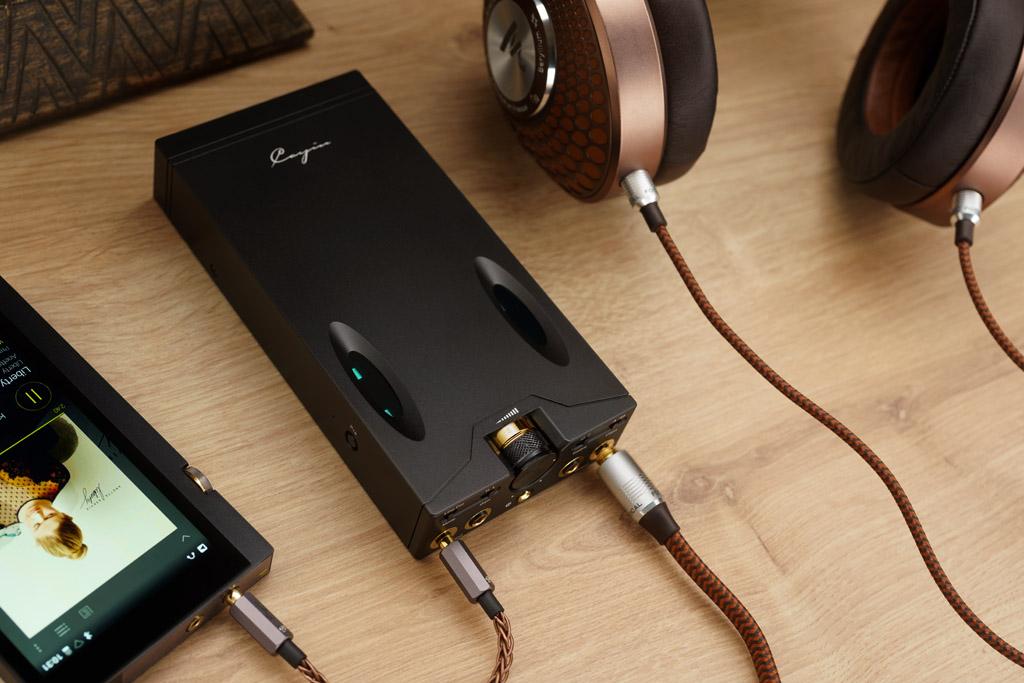 Audiophile Musikmacher: Im Verbund mit einem Player und einem Kopfhörer sorgt der C9 unterwegs für exzellente Beschallung. Sein Metallgehäuse ermöglicht dabei eine effektive Ableitung der Verstärkerwärme. Keine Bange: Die Erwärmung des C9 ist sehr moderat.