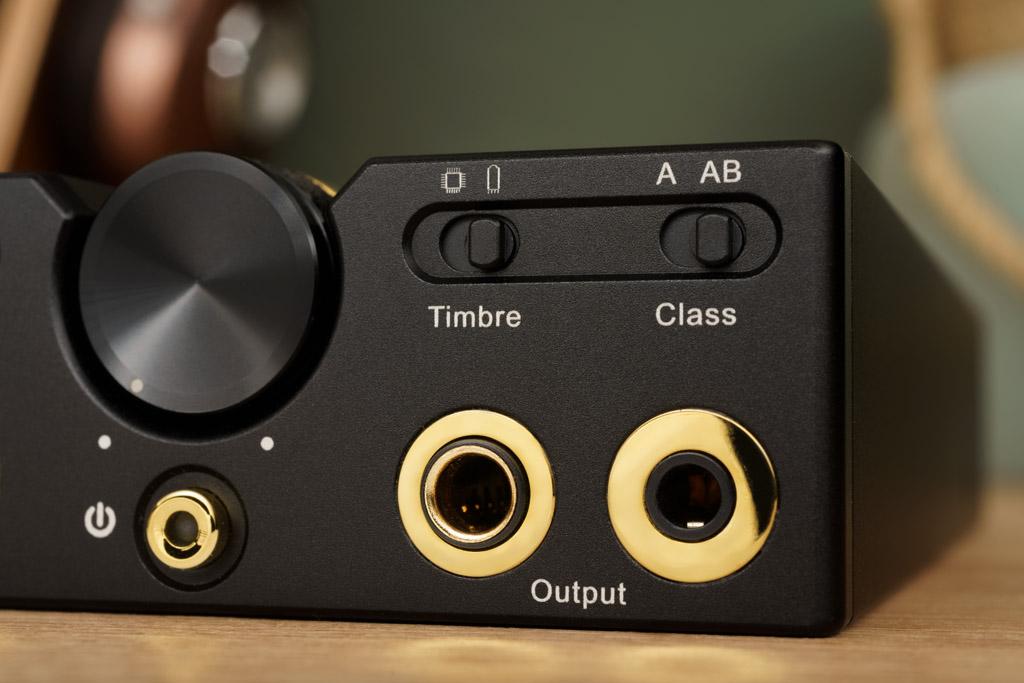 Ausgangsseitig bietet der C9 ebenfalls einen symmetrischen und einen unsymmetrischen Kopfhöreranschluss. Auch hier finden wir über den Buchsen zwei Schiebeschalter: Der eine dient der Wahl zwischen Röhren- oder Transistor-Timbre, der andere bewirkt eine Umschaltung zwischen den Verstärker-Betriebsarten Class A und Class AB.