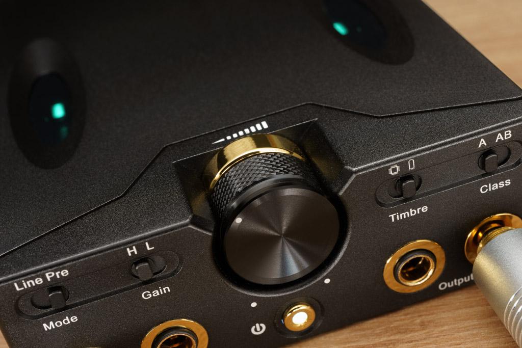 Das gerändelte, massiv-metallene Lautstärke-Rad läuft perfekt und geschmeidig mit einer gut definierten, nicht zu leichten Gängigkeit. Das vermeidet unbeabsichtigte Lautstärkeveränderungen.