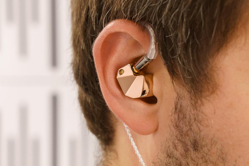 Der B1 schmiegt sich trotz seiner kantigen Anmutung geschmeidig an das Ohr an und sorgt auch optisch für eine stimmige Erscheinung. Das Gold im Ohr will allerdings pfleglich behandelt werden: Die hochglanzpolierte Gehäuseoberfläche ist anfällig für Fingerabdrücke.
