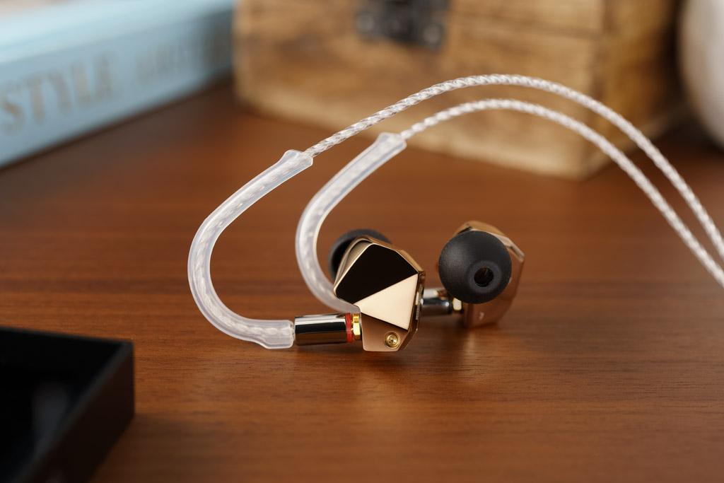 Souveräne Führung: Mit Ohrbügeln wird das Kabel definiert über das Ohr nach hinten gelenkt. Zugleich dämmen diese Bügel den Umgebungsschall.