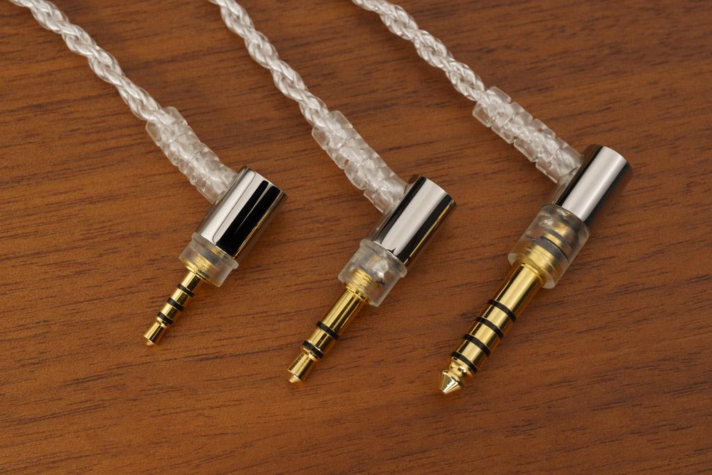 Zum Anschluss an einen Player oder Verstärker ist das mitgelieferte Kabel mit einem unsymmetrischen Miniklinkenstecker im Format 3,5 Millimeter ausgestattet (mittlerer Stecker). Als optionales Zubehör gibt es das Kabel alternativ in symmetrischer Ausführung mit 2,5 Millimeter-Miniklinkenstecker (linker Stecker) oder 4,4 Millimeter-Pentaconn-Stecker (rechter Stecker).
