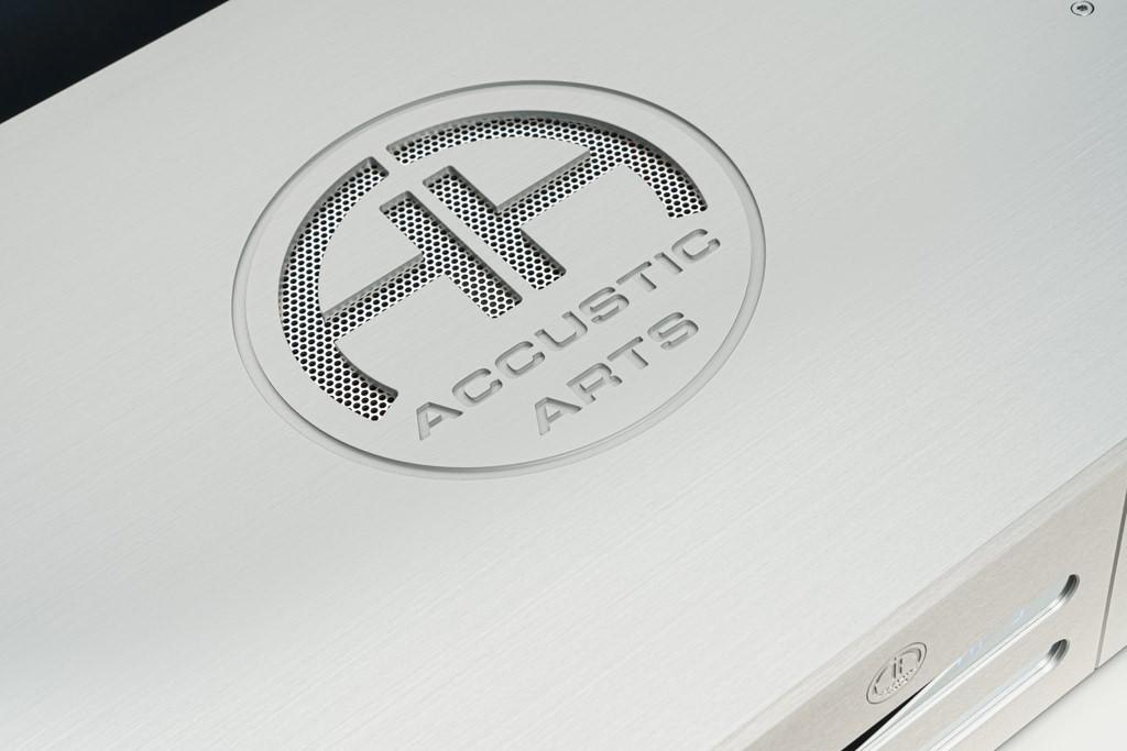 Kunstvolles Ornament: Das attraktive Firmenemblem ist in feinster Fräsarbeit aus dem massiven Metall herausgearbeitet.