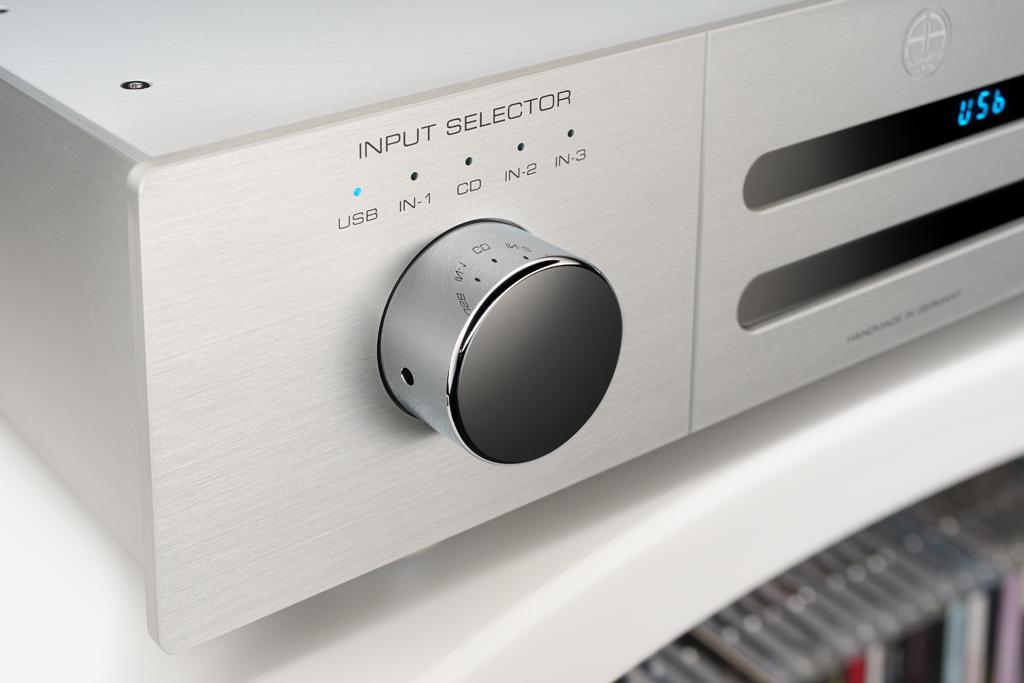 Der große metallene Chromknopf zur Linken dient der Quellenauswahl. Über die CD-Wiedergabe hinaus bietet der Player I mit seinem DAC die Möglichkeit, vier digitale Zuspieler einzubinden.