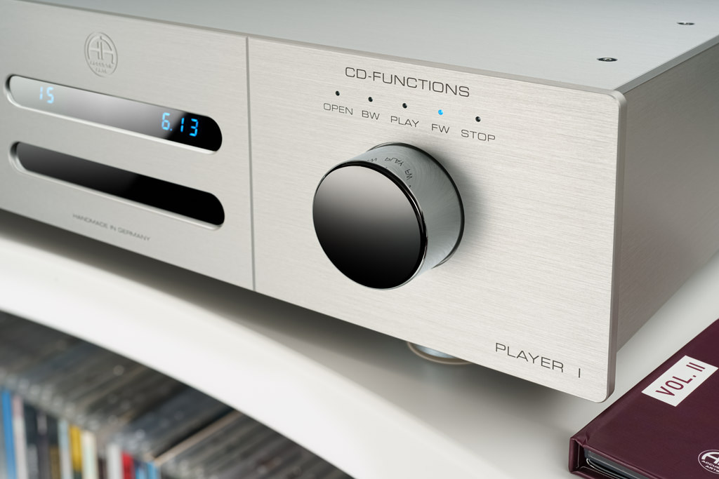 Zur Bedienung der CD-Funktionen am Player ist das rechte Stellrad zuständig. Die Bedienung ist ein haptischer Genuss. Hier ist zudem die superbe Qualität des gebürsteten und eloxierten Aluminium-Gehäuses zu erkennen.