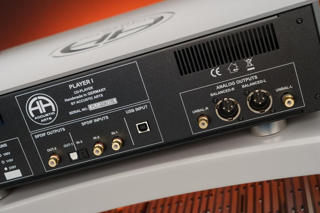 Der Player I bietet etliche Anschlussmöglichkeiten: Eingangsseitig offeriert er einen USB-Port und drei S/PDIF-Inputs. Ausgangsseitig bietet er analog einen symmetrischen XLR- und einen unsymmetrischen Cinch-Anschluss, digital kommen noch ein elektrischer und ein optischer S/PDIF Out hinzu.