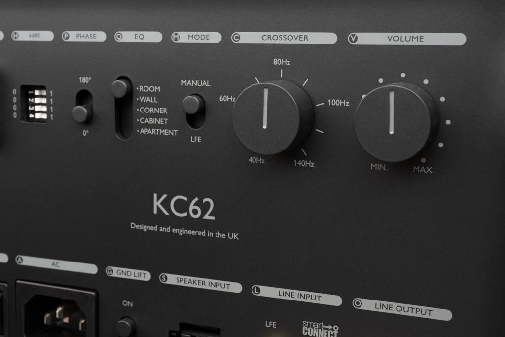 """Hinzu kommen die gängigen Bedienelemente wie die Trennfrequenz- und die Pegeleinstellung. Wer den Subwoofer mit der LSX, der LS50W oder der LS50W II betreibt, stellt den """"Mode"""" des KC62 auf """"LFE"""" – nun läuft die Frequwnzabstimmung über die KEF App."""