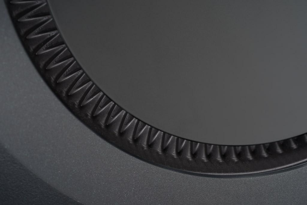 Die P-Flex-Treibersicke, welche die Chassis einfasst, ist inspiriert von der japanischen Papierfaltkunst und wird deshalb auch als Origami-Sicke bezeichnet. Sie soll im Vergleich zu einer konventionellen Sicke eine präzisere Bewegung ermöglichen.