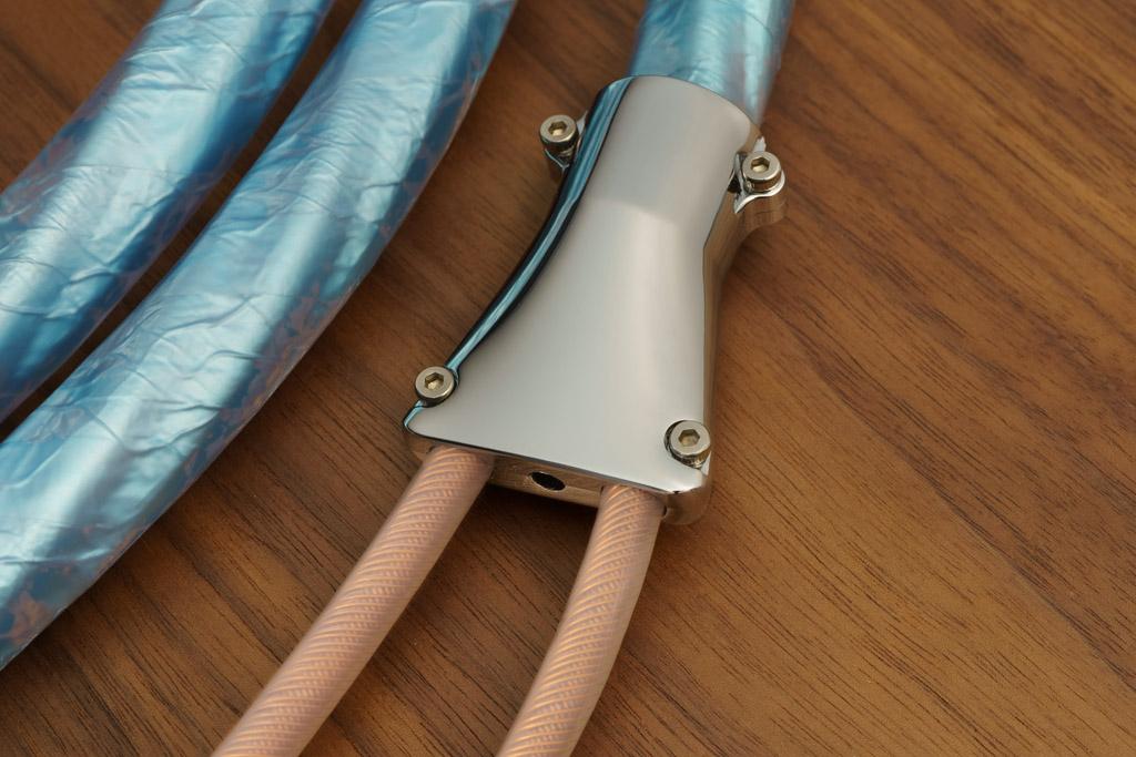 Der metallene hochglanzpolierte Kabelteiler sorgt für ein mechanisch überaus robustes Splitting der Signalleiter für Plus und Minus.