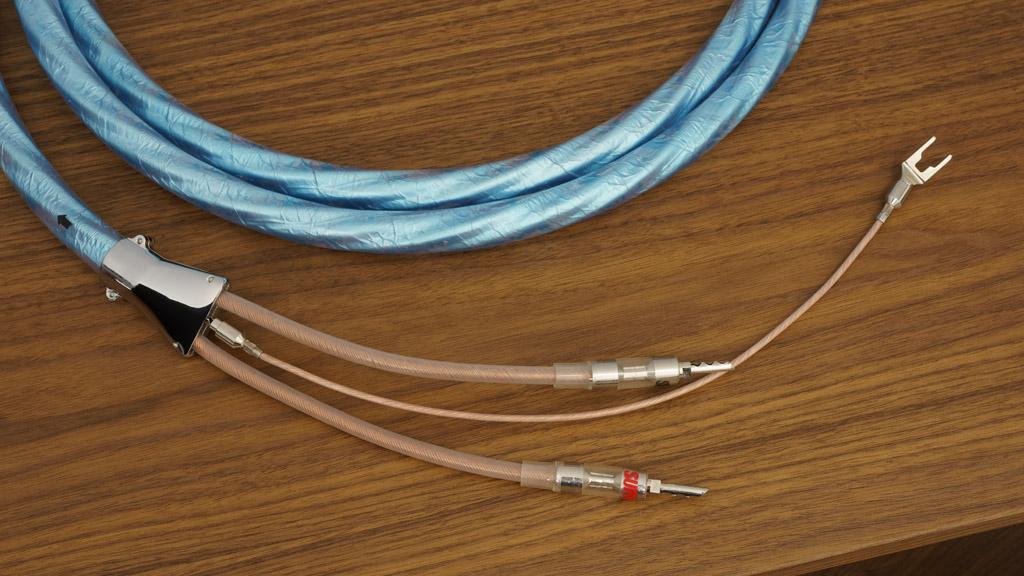 Zur sofortigen Ableitung etwaiger Massepotenziale bietet der Kabelteiler einen Anschluss für das mitgelieferte Erdungskabel. Auch dieser Erdungsleiter ist von bester Qualität: Hier kommt das Supra Cables XL-Annorum-Kabel zum Zuge.