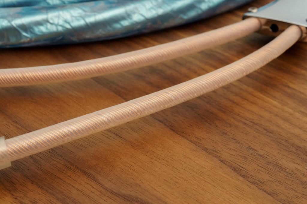 Durch die transparente Mantelung der Einzelleiter ist die doppelschichtige bifilare Wicklung der Litzen sichtbar.