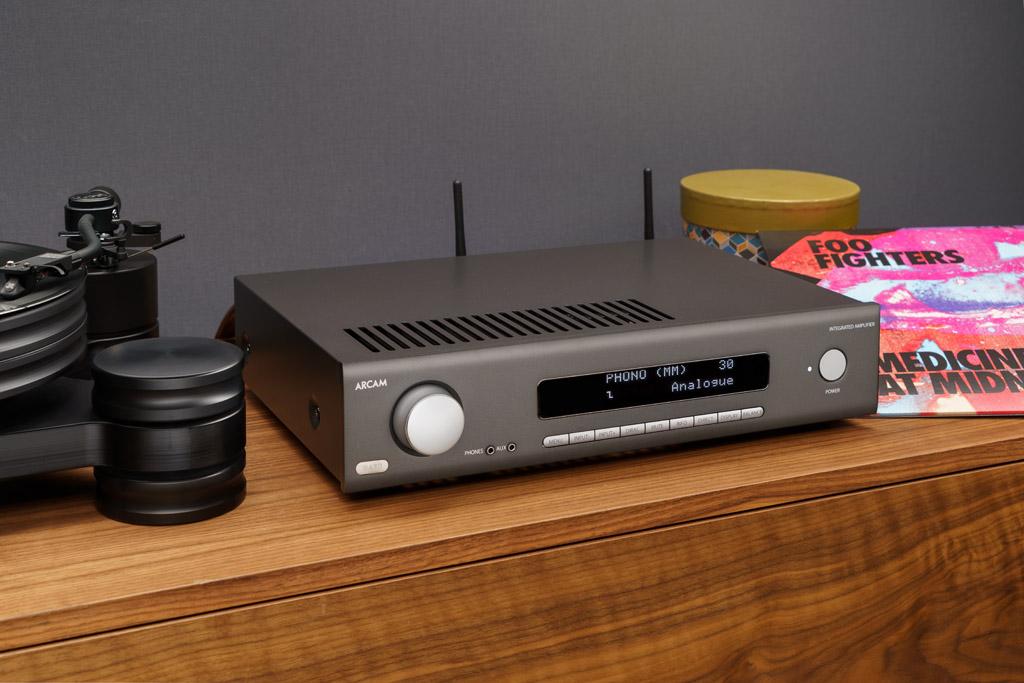 Der SA30 ist auch für Vinylisten attraktiv: Sein Phono-Modul ermöglicht den Anschluss von Plattenspielern mit MM-System oder MC-Abtaster.