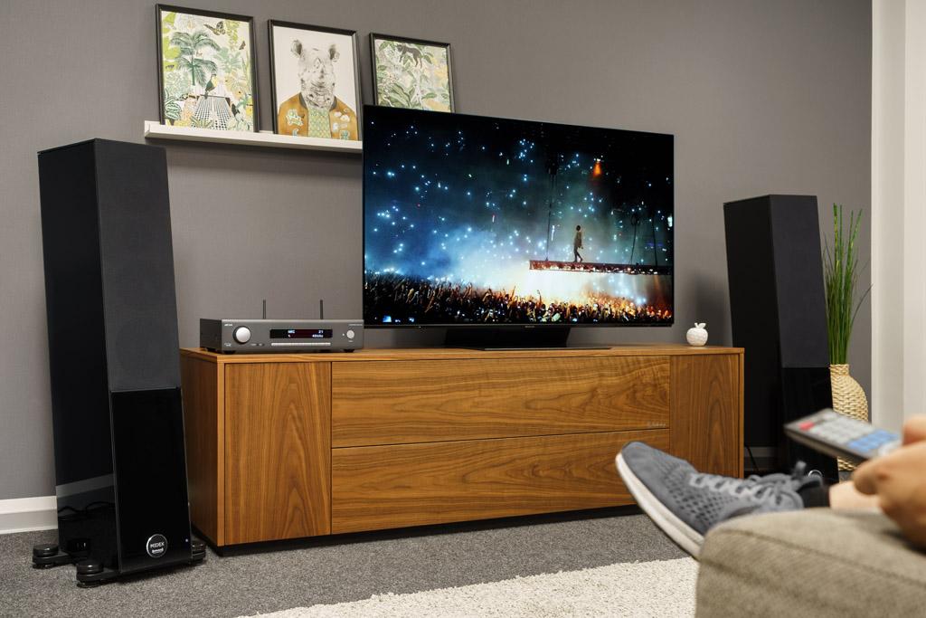 Dank seines HDMI-Ports mit ARC/eARC-Funktion sorgt der SA30 auch für eine vorzügliche Stereo-Beschallung beim Fernseh- und Heimkino-Abend. Achtung: Der SA30 verarbeitet hier nur ein PCM-Signal, kein Bitstream-Signal. Das muss bei der Audio-Ausgabe des Zuspielers – sei es der Fernseher, sei es der Port – entsprechend eingestellt werden.