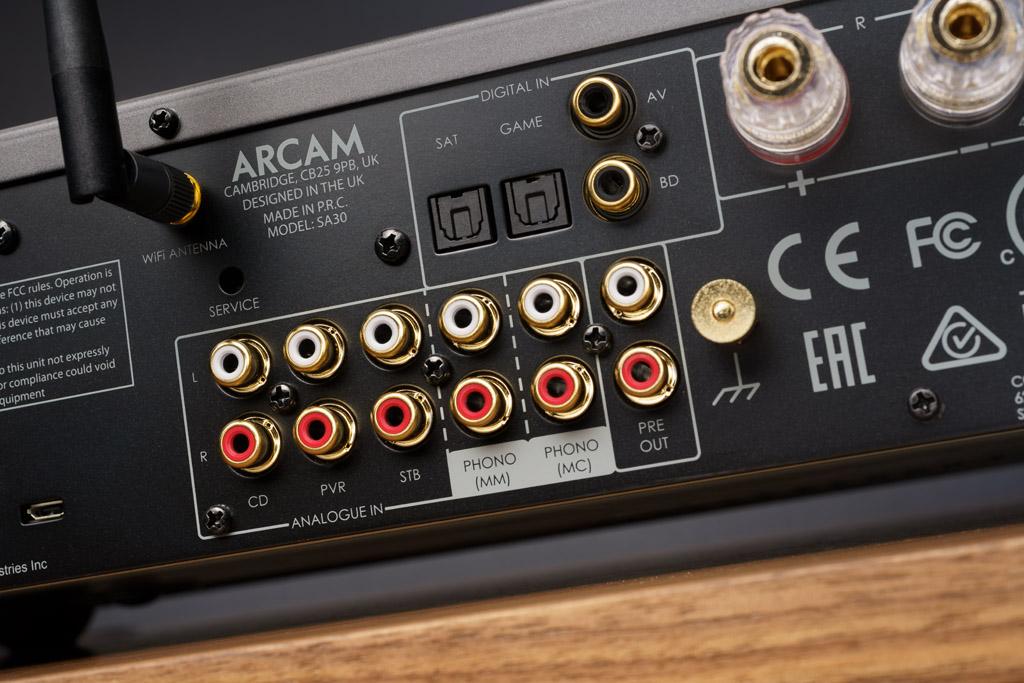 Mit zahlreichen analogen und digitalen Anschlüssen für kabelgebundene Zuspieler und insbesondere mit dem Phono-Eingang für MM- und MC-Plattenspieler bietet der SA30 alle Optionen für klassisches HiFi.