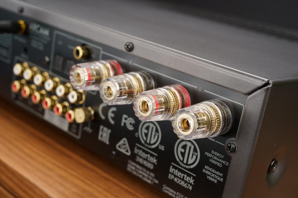 Die Lautsprecher-Anschlüsse des SA30 sind von amtlicher Qualität: Die vergoldeten Buchsen haben eine große Aufnahme auch für querschnittstarke Litzen. Die freilaufenden Andruckscheiben schonen beim Anziehen der Klemmen die feinen Drähtchen der eingeführten Litzen.
