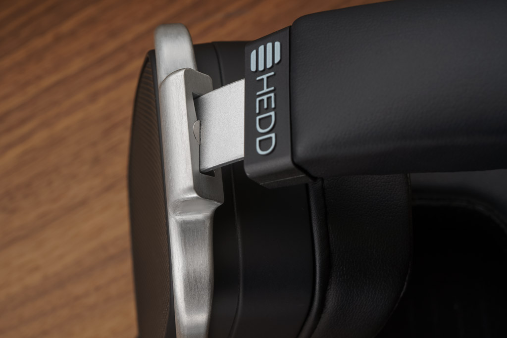 Der Übergang vom Bügelband zum Ohrmuschel-Rahmen ist so gestaltet, dass der Rahmen in einem genau begrenzten Bereich drehbar ist und sich der HEDDphone somit auch horizontal an den Kopf anpasst.