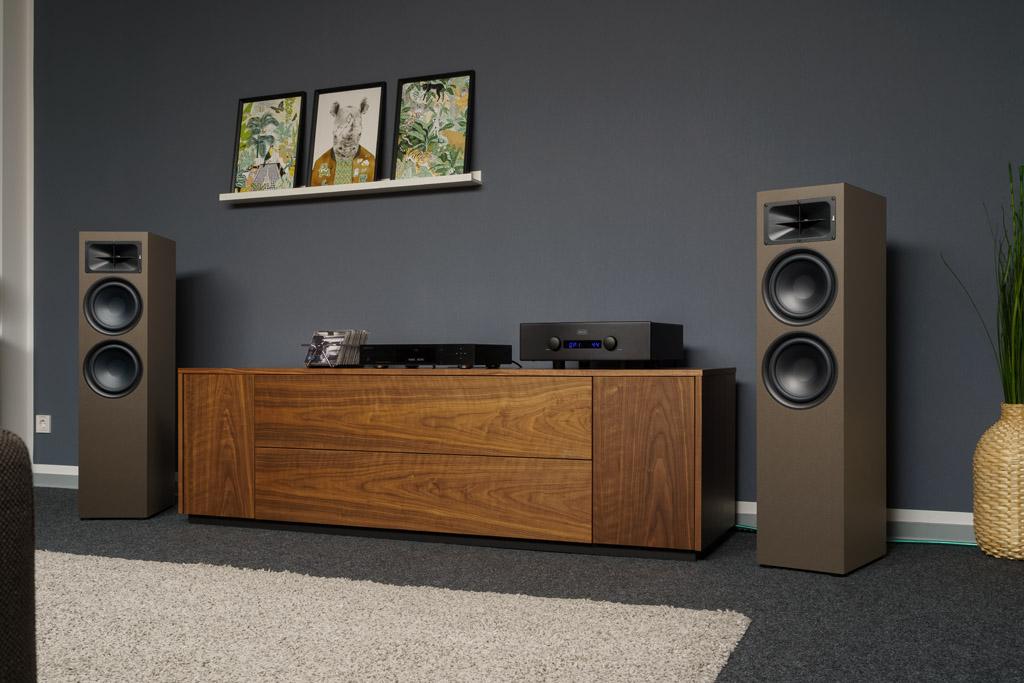 Die Saxx trueSOUND TS 900 setzt optisch auf ein schnörkelloses Design, das die Potenz dieses Lautsprechers betont.