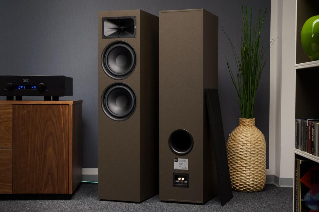 Die TS 900 frontseitig und rückseitig: Hier ist auch der Port der Bassreflexabstimmung erkennbar. Die Lautsprecher stehen auf gummierten Füßen, sie absorbieren die Vibrationen des Gehäuses als auch des Untergrunds.