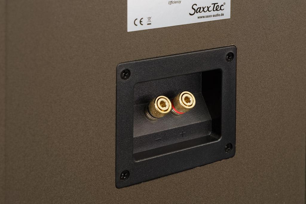 Das Terminal der trueSOUND TS 900 bietet zwei kleine, aber amtliche vergoldete Klemmen für den Anschluss eines Lautsprecherpaares. Bei Bananensteckern lassen sich die Stifte zwar nicht komplett einführen, trotzdem sitzen sie feste und sicher. Daneben ist der Anschluss über Kabelschuhe oder blanke Litze möglich. Hier akzeptieren die Klemmen Durchschnitte bis 4 Quadratmillimeter.