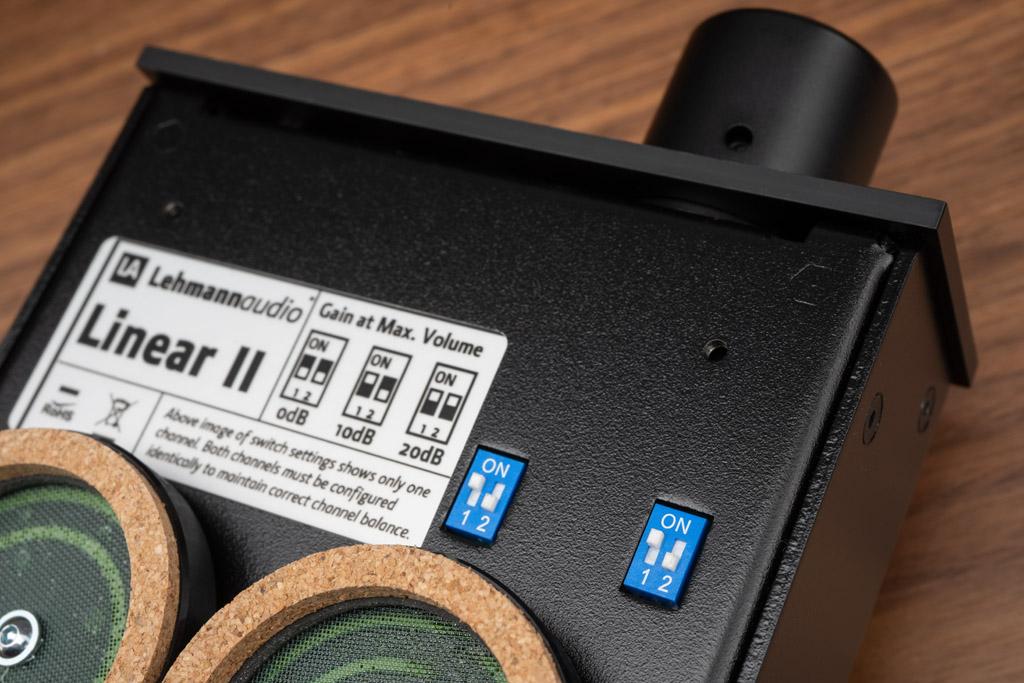Mit den bodenseitigen DIP-Schaltern stellt man getrennt für den linken und rechten Kanal die Verstärkung ein. So lässt sich der Linear II an alle Kopfhörer-Typen und verschiedenste Modelle optimal anpassen.