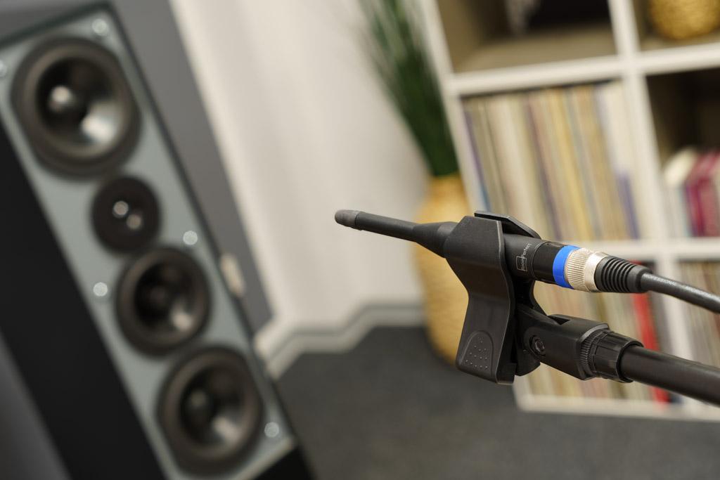 """Der Einmessvorgang mit dem mitgelieferten, sehr hochwertigen Mikrofon beginnt am Hörplatz (der sogenannten """"Fokusposition"""") auf Ohrenhöhe. Das Mikro weist auch bei jeder der weiteren Messungen immer in Richtung der Hochtöner/Mitteltöner-Sektion Lautsprecher."""
