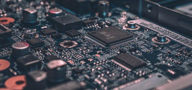 Wie wirkt sich die Halbleiterknappheit auf die Aktienentwicklung von Technologieunternehmen aus?