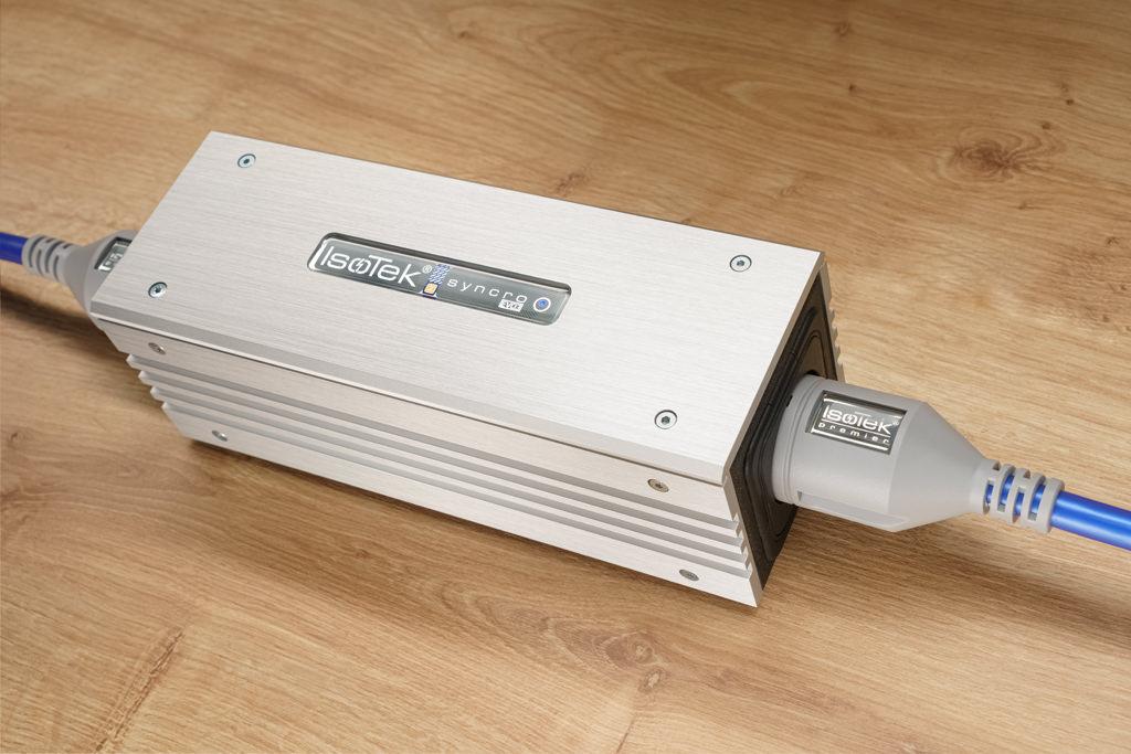 """Der IsoTek EVO3 Syncro Uni ist ein Vorschaltgerät für eine nachfolgende Netzleiste. So hält er klangschädliche Gleichstromanteile von der Anlage fern. IsoTek empfiehlt seinen DC-Blocker aus der """"Performance""""-Serie für einen Klangketten-Wert zwischen 3.000 und 13.000 Euro."""