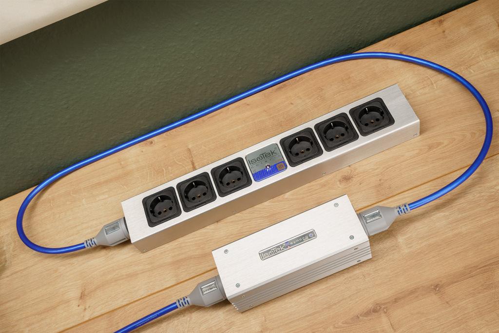 Der Syncro Uni wird ohne Netzkabel geliefert. Mitunter besitzt man ja schon passende hochwertige Zuleitungen. Hier haben wir zwei IsoTek EVO3 Premier-Netzkabel eingesetzt, mit denen wir eine passende Netzleiste anschließen: die IsoTek EVO3 Polaris.