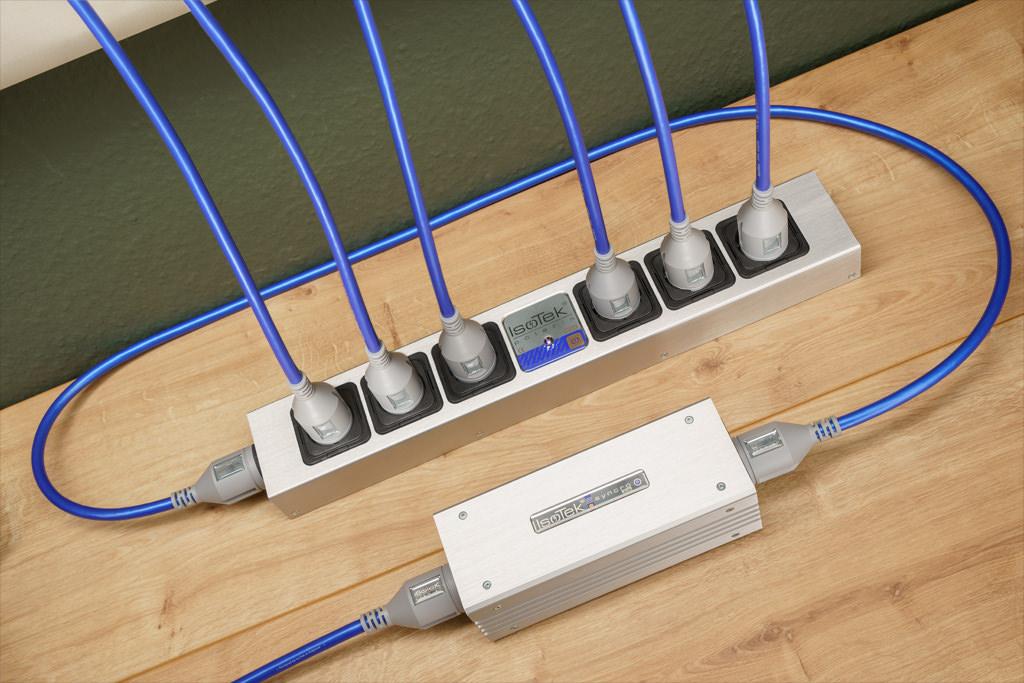 Volle Besetzung: In diesem Beispiel ist der Syncro Uni vor eine sechs Steckplätze bietende Netzleiste geschaltet. So wird eine komponentenreiche Anlage vor Gleichstromanteilen bewahrt.