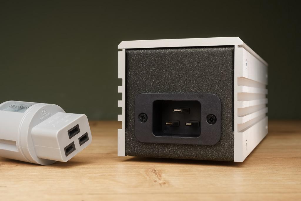 Der IEC C20-Gerätestecker des Syncro Uni wird mit einem Netzkabel, das eine passende C19-Kabelkupplung besitzt, hin zur Wandsteckdose angeschlossen.