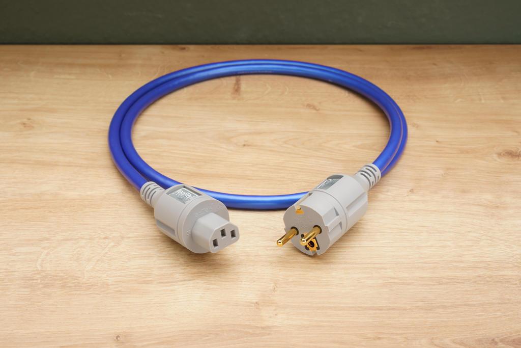 """Zum Anschluss an eine nachfolgende Netzleiste hin benötigt man hingegen ein Netzkabel mit CEE 7/3-Schuko-Stecker und ICE C13-Kupplung. Dieses Kabel wird gerne als """"Kaltgeräte-Kabel"""" bezeichnet. Hier ist das entsprechende EVO3 Premier-Netzkabel zu sehen, es ist nicht im Lieferumfang enthalten."""