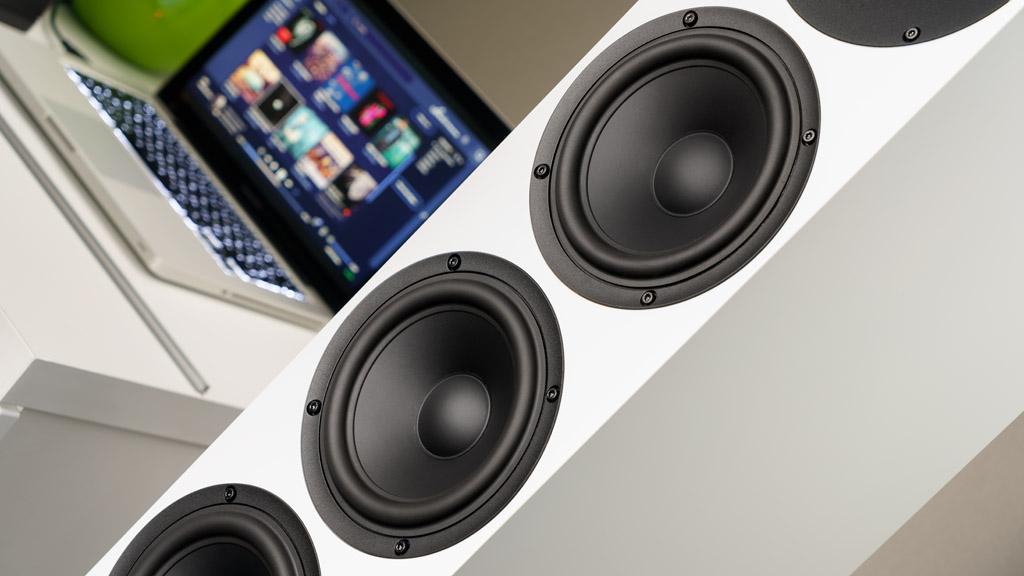 Unter dem Tweeter sitzen drei baugleiche 15-Zentimeter-Chassis mit unterschiedlichem Einsatzgebiet: Der zweite Speaker agiert als Mitteltöner, die beiden unteren hingegen als Tieftöner.