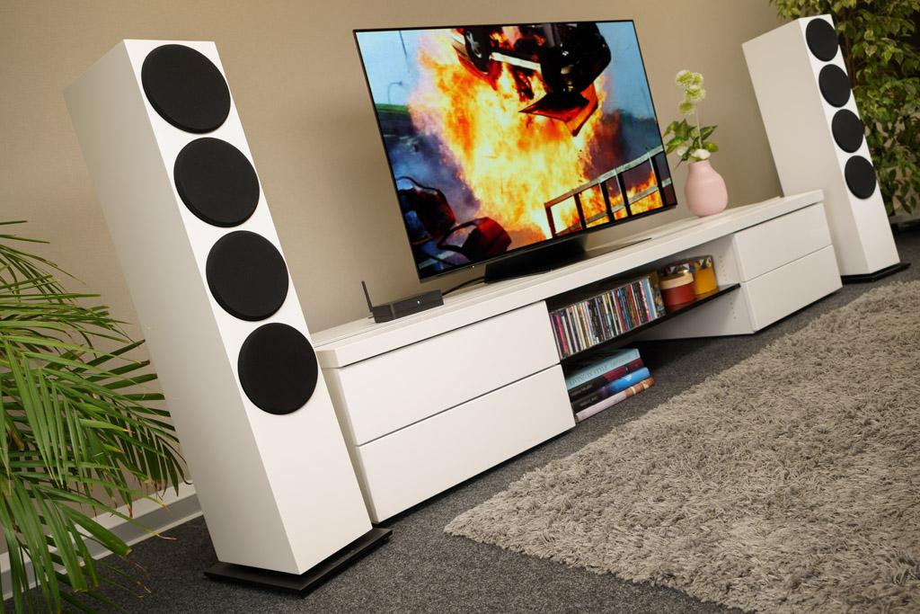 Dank seines HDMI-Ports mit ARC sorgt der Hub im Verbund mit den Buchardt A700 auch für ein oberamtliches Home Cinema-Erlebnis. Hier sind die Lautsprecher mit den magnetisch haftenden Abdeckungen zu sehen, die für die Frontlautsprecher mitgeliefert werden.