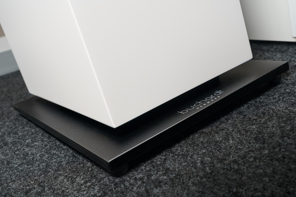 Der Sockel betont die Eleganz und Leichtigkeit: die A700 scheint zu schweben. Dabei sitzt zwischen Sockel und Korpus eine dicke, Vibrationen dämpfende Gummimatte.