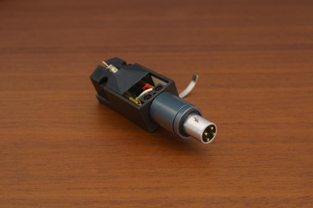 Mit den vergoldeten Kontakten garantiert das System eine ausgezeichnete elektrische Verbindung zum Tonarm.