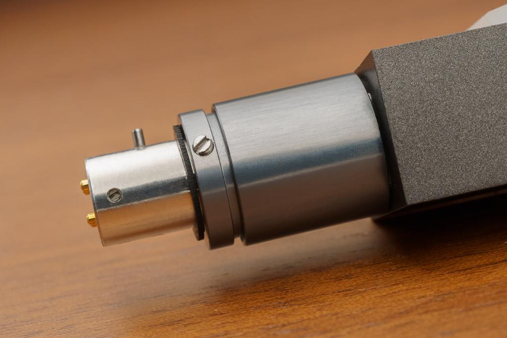 Dank des Adapterstücks passt das DL-A110 auf alle gängigen Arme.