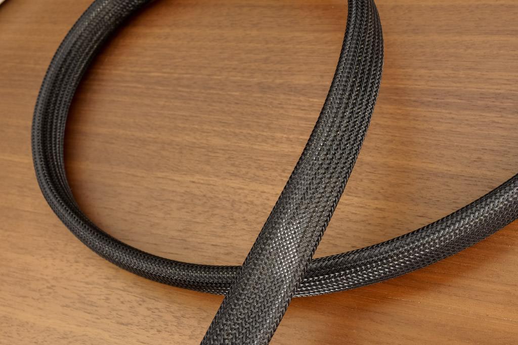 Das Kabel besitzt, wie bei Analysis Plus üblich, Leiter mit ovalem Querschnitt und hohlem Aufbau. Beim Silver Apex Speaker sind diese Hohlleiter aber erstmals ineinander verschachtelt.